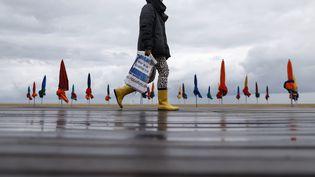 La Promenade des Planches sous la pluie, à Deauville, le 8 septembre 2017. (CHARLY TRIBALLEAU / AFP)