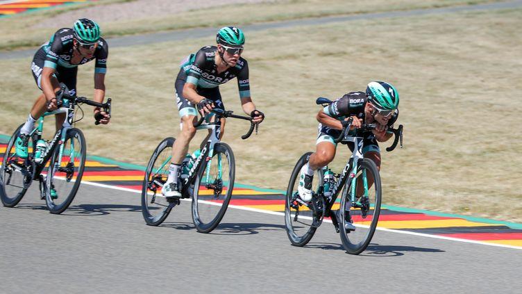 Andreas Schillinger (au centre), ici à Leipzig en juin 2019, est l'un des trois coureurs de la Bora-Hansgrohe hospitalisés. (JAN WOITAS / DPA-ZENTRALBILD)
