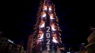 La tourBurj Khalifah s'illumine alors que Doubaï passe au 1er janvier 2021. (AFP)