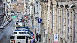 Des véhicules de police belges, le 16 janvier 2015 à Verviers (Belgique). (VALERIE KUYPERS / ANP / AFP )