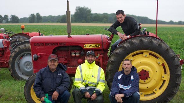 (Alain, Christian, Freddy et Tony ont installé des vieux tracteurs le long du parcours © RF/BS)