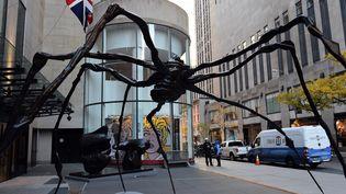 """""""Spider"""", de Louise Bourgeois, vendue le 10 novembre, ici lors de sa présentation en face de l'immeuble de la maison britannique Christie's à New York.  (TIMOTHY A. CLARY / AFP)"""