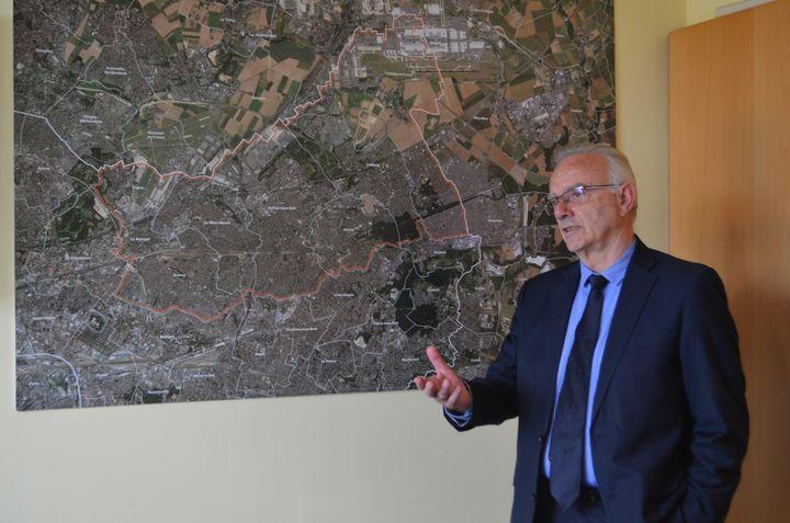 Le maire de Tremblay-en-France, François Asensi, dans ses bureaux le 28 mai 2019. (CAMILLE ADAOUST / FRANCEINFO)
