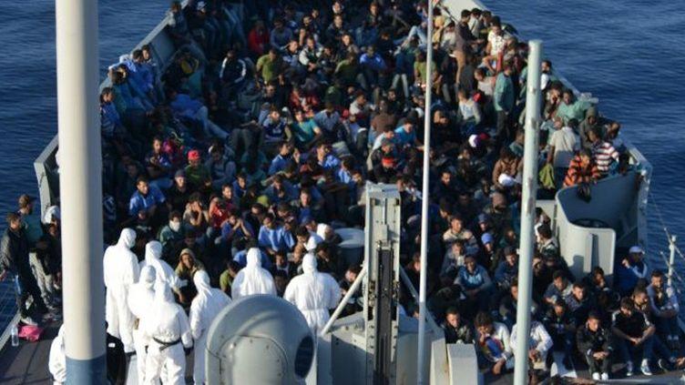 Plus de 2000 migrants en partance pour l'Europe secourus le 5 Novembre 2015 non loin des côtes libyennes. Ils ont été regroupés sur une fregate de la marine espagnole. Ils avaient embarqué en Libye sur un bateau de pêche en bois. (Photo/AFP)