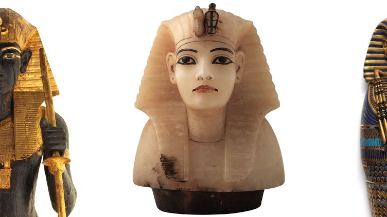 """Différentes représentations de Toutankhamon montrées dans le cadre de l'exposition """"Toutankhamon, le Trésor du Pharaon"""" à La Villette, à Paris. A gauche : statue en bois à l'effigie du roi montant la garde. Au centre : couvercle de vase canope (urne funéraire) en calcite avec la tête du roi. A droite : cercueil miniature à l'effigie du roi.XVIIIe dynastie, 1336-1326 avant J.-C. (Laboratoriorosso, Viterbo/Italy)"""