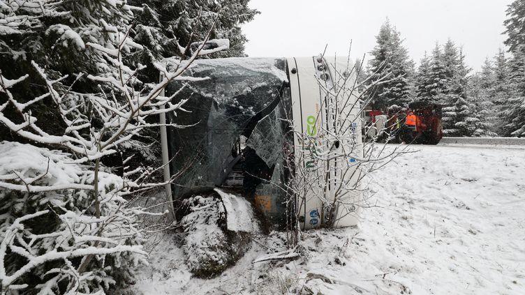 Le bus scolaire renversé àLabergement-Sainte-Marie, le 1er décembre 2020. (ARNAUD CASTAGNE / MAXPPP)