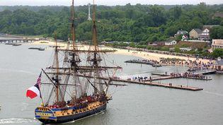 """Le trois-mâts, """"L'Hermione""""arrive dans la baie de Chesapeake,le petit port de Yorktown (Virginie), le 5 juin 2015 (JOE FUDGE / AP / SIPA)"""