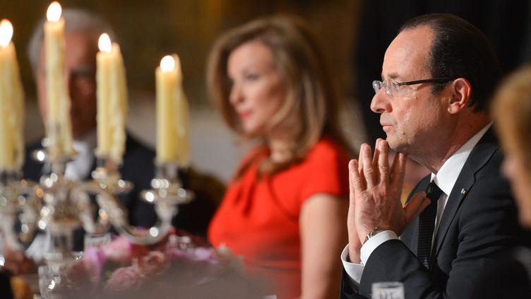 François Hollande et Valérie Trierweiler dînent à l'occasion d'une visite d'Etat du président polonais en France, le 7 mai 2013, à l'Elysée, à Paris. (CHRISTOPHE GUIBBAUD / SIPA)