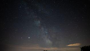 Des étoiles dans le ciel vues depuis Saint-Michel-l'observatoire, le 15 juillet 2020. (CLEMENT MAHOUDEAU / AFP)