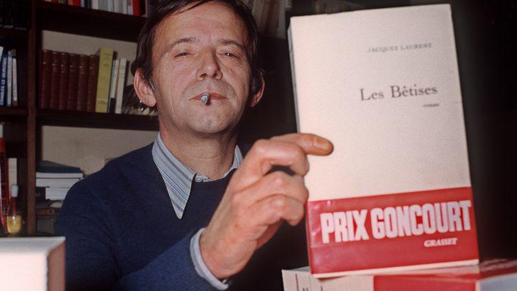 """Jacques Laurent reçoit le prix Goncourt, le 22 novembre 1971, pour """"Les Bêtises"""". (AFP)"""