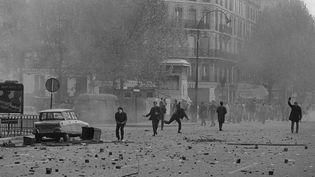 """Lancers de pavés, le 6 mai 1968  (""""Mai 68, l'envers du décor"""" Editions Gründ)"""
