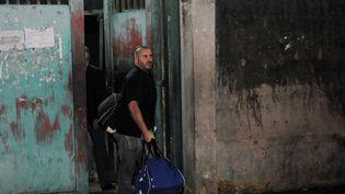 Le journaliste français Jean-Paul Ney sort de prison à Abidjan (Côte-d'Ivoire), le 6 mars 2009. (KAMBOU SIA / AFP)