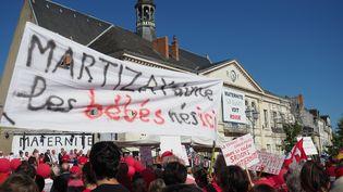 Manifestation contre la fermeture de la maternité, devant la mairie du Blanc le 15 septembre 2018. (GUILLAUME SOUVANT / AFP)