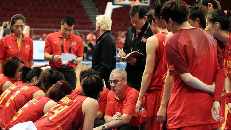 Les joueuses chinoises autour de leur coach (AHMET DUMANLI / ANADOLU AGENCY)