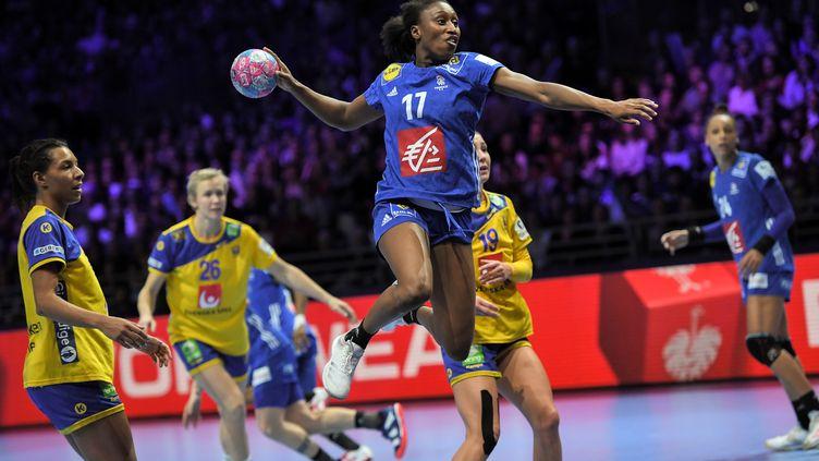 Siraba Dembélé, capitaine des Bleues, est revenue jouer en France cette saison, à Toulon.  (LOIC VENANCE / AFP)