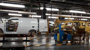Une ligne de montage de l'usine Renault de Maubeuge. (ISABELLE RAYMOND / RADIO FRANCE)