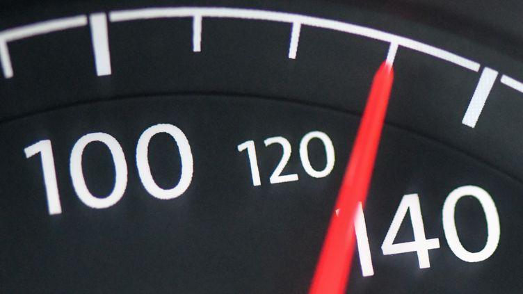 Un indicateur de vitesse sur le tableau de bord d'une voiture, le 21 janvier 2019 àJacobsdorf (Allemagne). (PATRICK PLEUL / DPA ZENTRALBILD / AFP)
