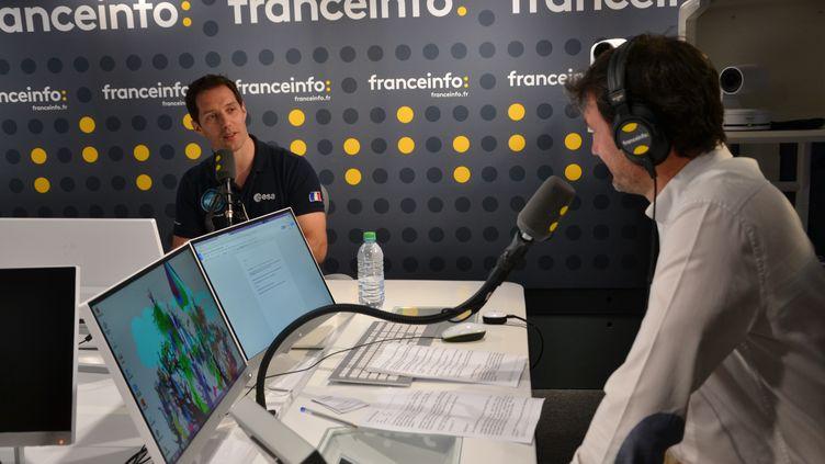 Thomas Pesquet dans le studio de franceinfo, au micro de Julien Moch pour franceinfo junior. (franceinfo junior)