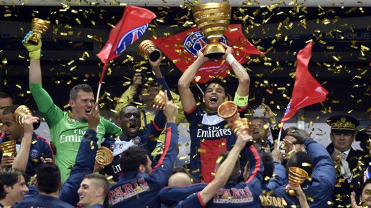 Thiago Silva a soulevé la quatrième Coupe de la Ligue de l'histoire du PSG. (FRANCK FIFE / AFP)