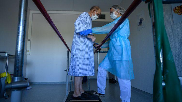 Un patient atteint du Covid-19 dansun service de rééducation à hôpital d'Illkirch-Graffenstaden (Bas-Rhin), le 14 avril 2020. (PATRICK HERTZOG / AFP)