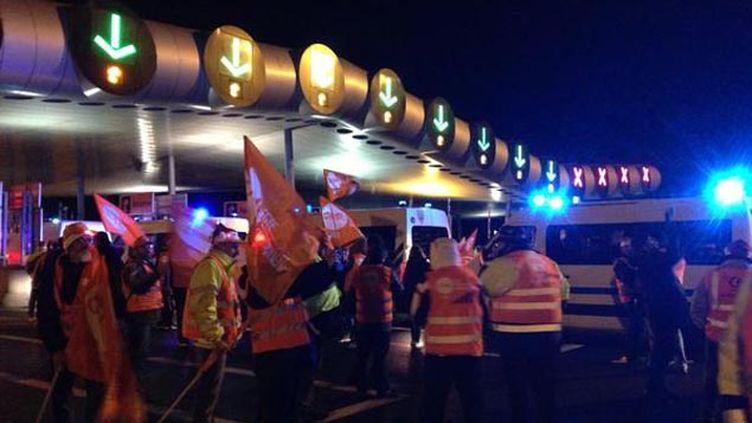 (Vers 21h30, les CRS sont arrivés pour déloger les routiers au péage de Saint-Arnoult © RF-Hélène Lam-Trong)