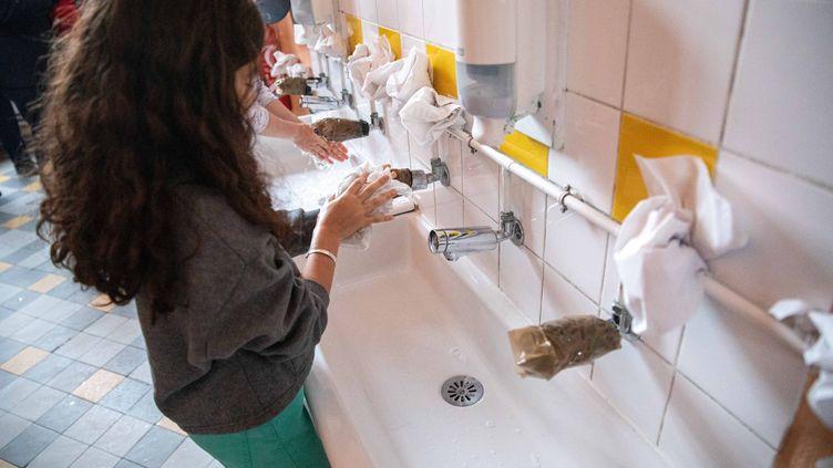 Une élève se lave les mains dans une école de Vincennes (Val-de-Marne), le 4 juin 2020. (CHRISTOPHE MORIN / MAXPPP)