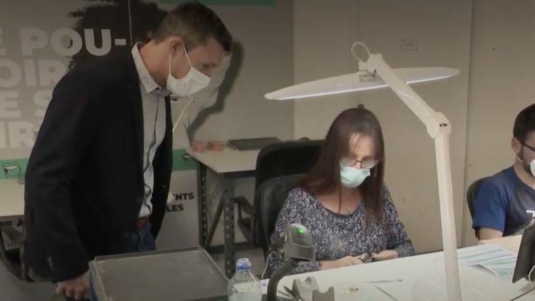 La quasi-totalité des 50 salariés de Biotech Dental était en chômage partiel en avril dernier, mais le mardi 10 novembre, en plein reconfinement, tout le monde travaille. (CAPTURE ECRAN FRANCE 2)
