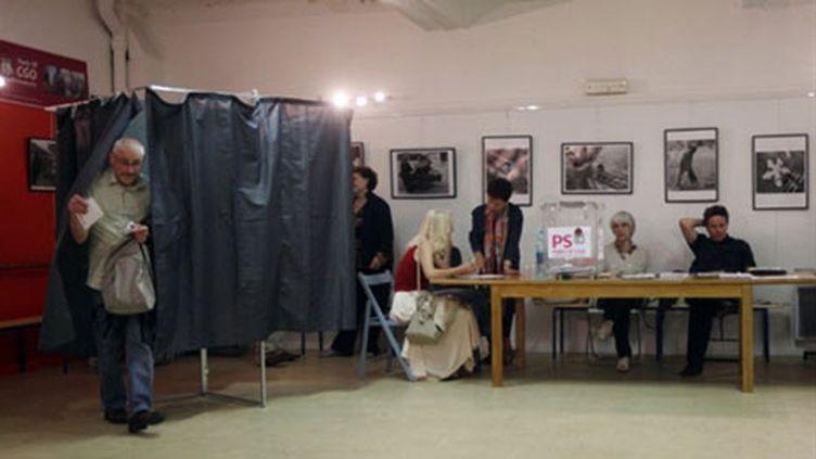 Des militants votent le programme politique socialiste pour 2012, le jeudi 19 mai 2011. (AFP/Pierre Verdy)
