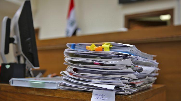 Un dossier exposé dans la salle d'audience du tribunal de Bagdad (Irak) où ont été jugés des Français accusés d'appartenir à l'Etat islamique, le 29 mai 2019. (SABAH ARAR / AFP)
