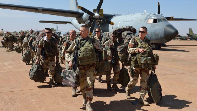 Des troupes de l'armée française à Abidjan, en Côte d'Ivoire, le 15 janvier 2013. (ERIC FEFERBERG / AFP)