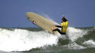 Le surfeur français Antoine Delpero à Biarritz pour les mondiaux de longboard 2019. (OLIVIER MORIN / AFP)
