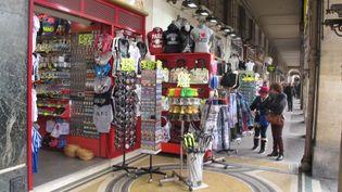 Les commerçants installés sous les arcades de la rue de Rivoli sont accusés d'empiéter sur le trottoir au-delà de ce qui est permis. (GEOFFROY LANG / FTVI)