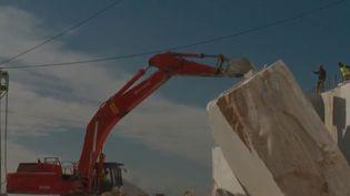En Italie, les carrières de marbre de Carrare ont radicalement augmenté le rythme de leur production, au détriment de l'environnement. (France 2)