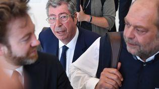Patrick Balkany, aux côtés de ses avocats Antoine Vey et Eric Dupond-Moretti, au palais de justice de Paris, le 19 juin 2019. (ERIC FEFERBERG / AFP)