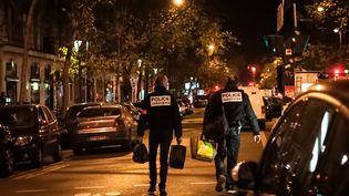 Deux officiers de police près du Bataclan après les attentats du 13 novembre 2015. (KARINE PIERRE / HANS LUCAS)