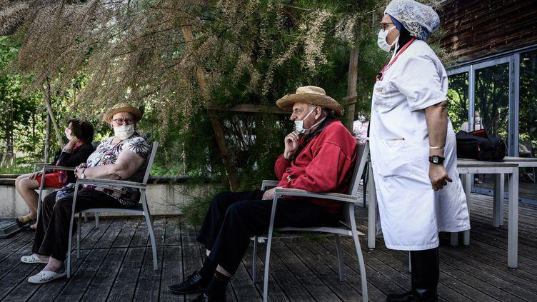 Des patients et des soignants d'un Ehpad à Paris, en mai 2020 (illustration). (PHILIPPE LOPEZ / AFP)