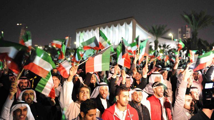 Des opposants réclament la démission du Premier ministre, cheikh Nasser, le 28 novembre 2011 à Koweït City. (YASSER AL-ZAYYAT / AFP)