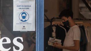 Un homme porte un masque dans un magasin, le 21 juillet 2020 à Nantes (Loire-Atlantique). (ESTELLE RUIZ / HANS LUCAS / AFP)