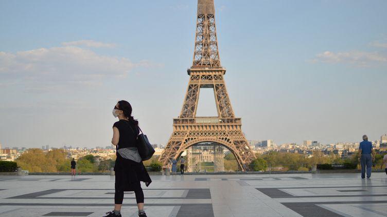 Sur la place du Trocadéro, à Paris, en plein confinement, avec la vue sur la Tour Eiffel. (VICTOR VASSEUR / RADIOFRANCE)