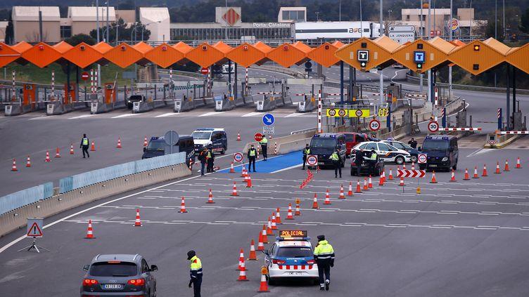 Les forces de l'ordre catalanes effectuent un contrôle à la frontière entre l'Espagne et la France, le 17 mars 2020, à La Jonquera. (PAU BARRENA / AFP)