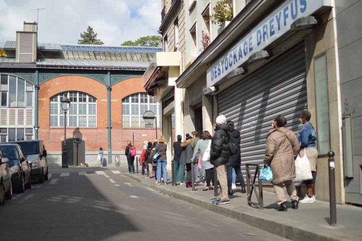 Ces jours-ci, il y a jusqu'à 30 minutes d'attente devant les magasins de tissus du Marché Saint-Pierre à Paris. (RADIO FRANCE / VICTOR VASSEUR)