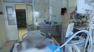Un patient atteint du Covid-19 pris en charge àl'hôpitalAndré Grégoirede Montreuil (Seine-Saint-Denis). (CAPTURE ECRAN FRANCE 2)