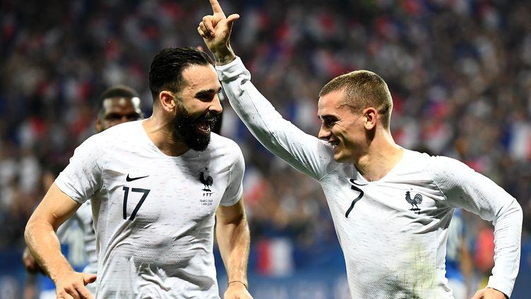 Adil Rami et Antoine Griezmann célèbrent un but de la France durant un match amical contre l'Italie à l'Allianz Riviera de Nice (Alpes-Maritimes), le 1er juin 2018. (FRANCK FIFE / AFP)