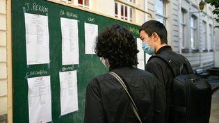 Des lycéens consultent les résultats du bac dans la cour du lycée Jules Verne de Nantes (Loire-Atlantique), le 7 juillet 2020. (MAXPPP)