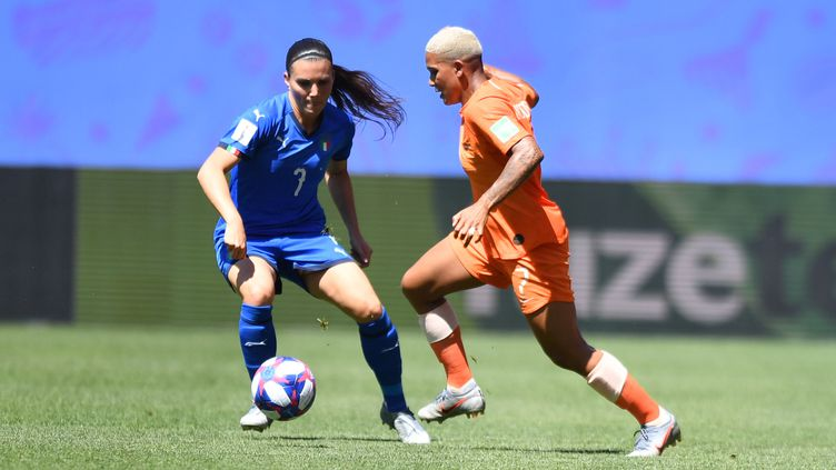 Alia Guagni (Italie) face à Shanice van de Sanden (Pays-Bas), pendant leur quart de finale du Mondial féminin, à Valenciennes. (MIRKO KAPPES / FOTO2PRESS)