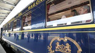Un wagon de l'Orient Express sur un quai de la gare de l'Est à Paris  (MEHDI FEDOUACH / AFP)