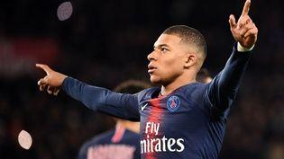 Kylian Mbappé célèbre son but pour le PSG face à l'OM, le 17 mars 2019, au Parc des Princes (Paris). (FRANCK FIFE / AFP)