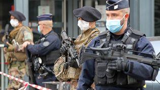 Des policiers et des militaires en faction à Nice, après l'attaque au couteau à la basilique Notre-Dame, le 29 octobre 2020. (VALERY HACHE / AFP)