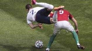 Benjamin Pavard est mal retombé après un choc avec Attila Fiola. (DMITRIY GOLUBOVICH / ANADOLU AGENCY via AFP)