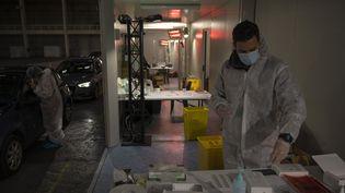 Un soignant réalise des tests de dépistage du Covid-19, à Marseille (Bouches-du-Rhône), le 21 décembre 2020. (CHRISTOPHE SIMON / AFP)